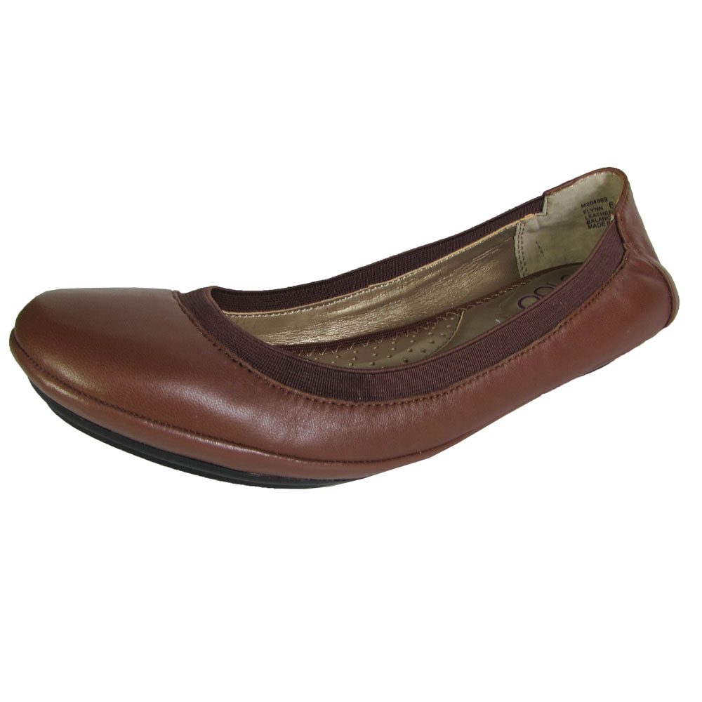 Women's Flats. Switch up your heels for flat shoes for women that are chic and incredibly comfortable. Walk around with confidence all day in a pair of flats that compliment any outfit. With dressy options like pointed-toe and slingback flats, or more casual choices like loafers and espadrilles, you're sure to find the perfect pair (or two).