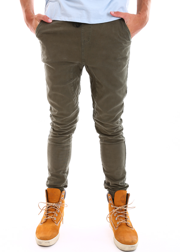 The AEO Lightweight Jogger Pant in cargo grey comes in a lightweight cotton twill and is cool and comfy to wear. In a relaxed thru thigh fit, tapering towards the ankle finished with an elasticated cuff, they're a great easygoing pant.